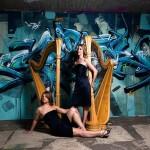 Harfenduo Harparlando vor Graffiti Bild